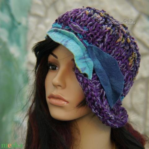 CLOCHE-ART - extravagáns kézzel kötött kalap, sapka / lila-türkiz (brokat) - Meska.hu