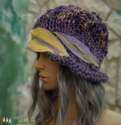 CLOCHE-ART - extravagáns kézzel kötött kalap, sapka / lila-sárga (brokat) - Meska.hu