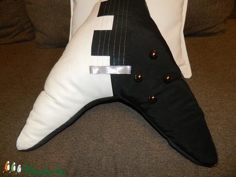 Gitár alakú párna - Fekete-fehér Gibson Flying V típusú gitár párna - csak rendelésre! - Meska.hu
