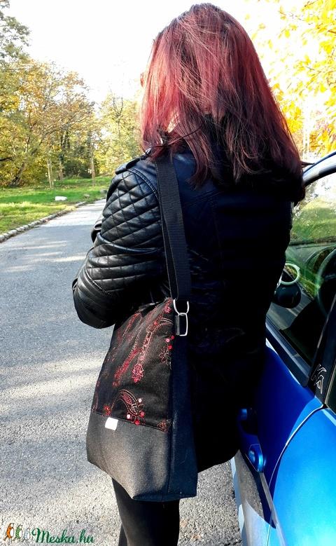 Női váll/crosstáska fekete kordbársony alapra hímzett és flitterezett felsőrész, fekete farmer alappal (Cherry) - Meska.hu