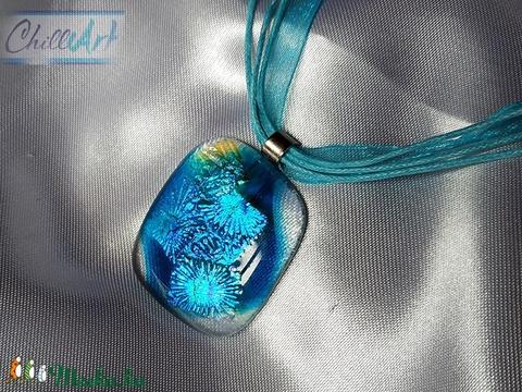Türkizkék átlátszó ékszerüveg medál türkizkék színjátszó csillogó virágokkal (ChillArt) - Meska.hu