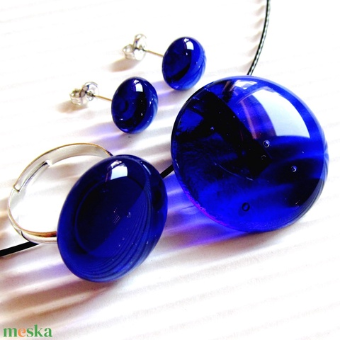 Sejtelmes királykék kerek üveg medál, fülbevaló és gyűrű, üvegékszer szett - ékszer - ékszerszett - Meska.hu