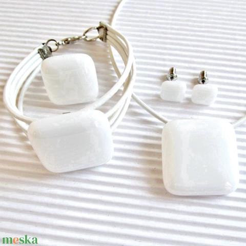 Hófehér üveg kocka medál, karkötő, gyűrű és fülbevaló orvosi fém bedugón, üvegékszer szett - Meska.hu