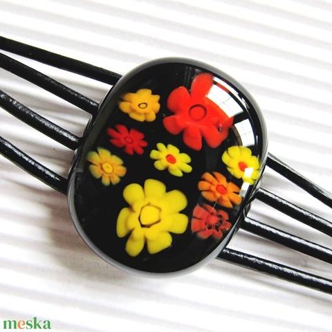 Fekete virágfolyó millefiori üveg-bőr karkötő, üvegékszer - ékszer - karkötő - karkötő medállal - Meska.hu