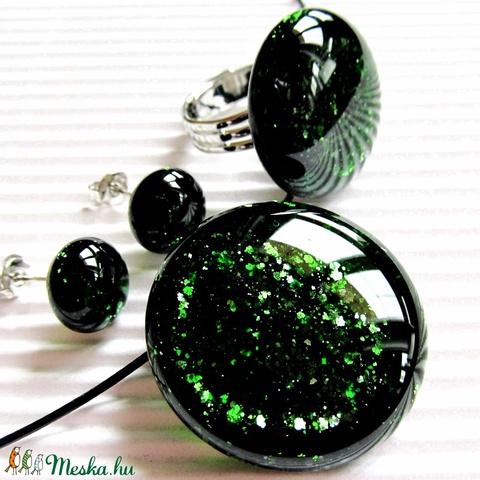 Szikrázó mohaszőnyeg sötétzöld kerek üveg medál, gyűrű és fülbevaló, üvegékszer - Meska.hu