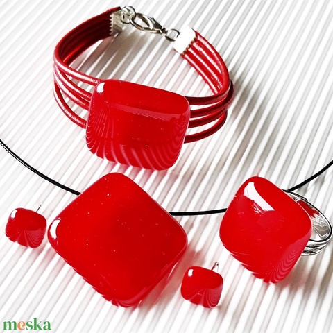 Meggypiros üveg kocka medál, karkötő, gyűrű és fülbevaló üvegékszer szett - Meska.hu