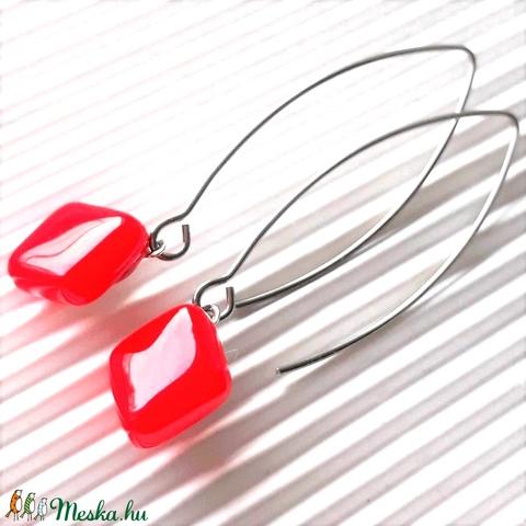 Orvosi fém alapon Ferrari piros rombusz üveg fülbevaló, üvegékszer, minimal ékszer - ékszer - fülbevaló - lógó fülbevaló - Meska.hu