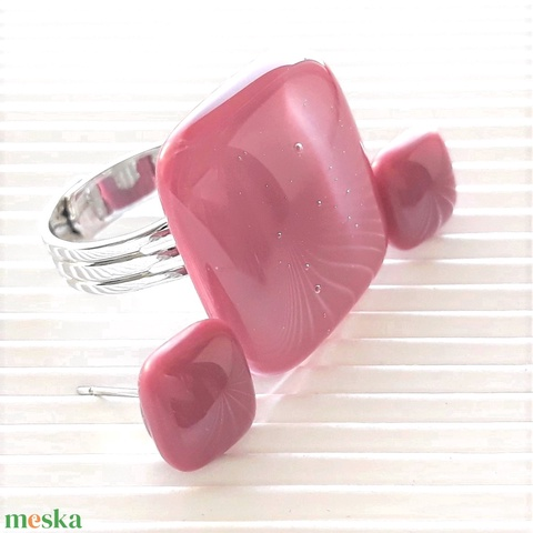 Málna kocka üveg gyűrű és fülbevaló orvosi fém alapon, üvegékszer szett - Meska.hu
