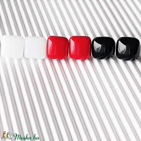 Klasszikus fekete-fehér-piros üveg kocka fülbevaló csomag orvosi fém alapon , minimal, trendi, üvegékszer szett - ékszer - fülbevaló - pötty fülbevaló - Meska.hu