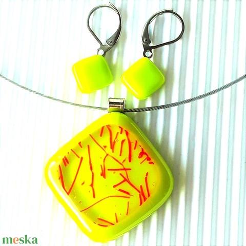 Nemesacél: Csillaghullás banánzöldben rombusz üveg medál és franciakapcsos fülbevaló, üvegékszer szett - Meska.hu