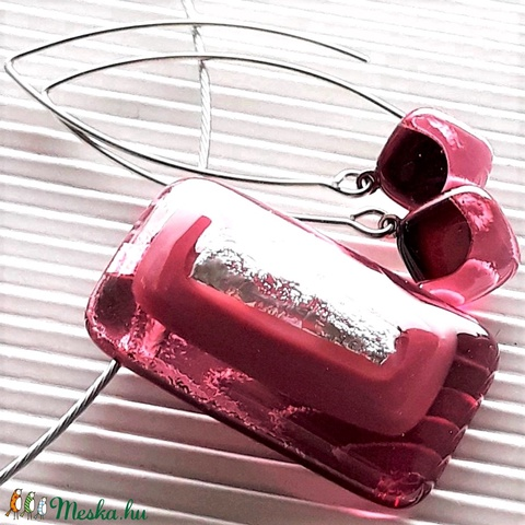 Ezüstös málna pinkben üveg medál és fülbevaló orvosi fém design akasztón, üvegékszer szett - Meska.hu