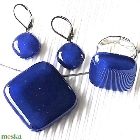 Tengerészkék üveg kocka medál, gyűrű és fülbevaló orvosi fém bedugón, üvegékszer szett - ékszer - ékszerszett - Meska.hu