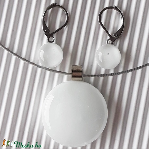 Selymesfehér kerek üveg medál és fülbevaló orvosi fém bedugón, üvegékszer szett - Meska.hu