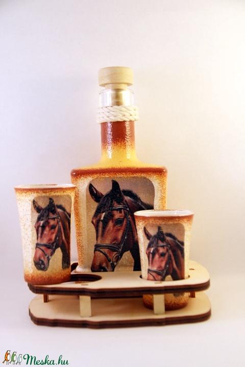 Ló motívummal díszített  pálinkás szett ( 0,2 l dugós üveg+2x50 ml pohár +tartó )  - otthon & lakás - dekoráció - díszüveg - Meska.hu