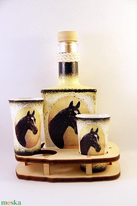 Ló motívummal díszített  pálinkás szett ( 0,2 l  üveg+2x50 ml pohár +tartó )  - otthon & lakás - dekoráció - díszüveg - Meska.hu