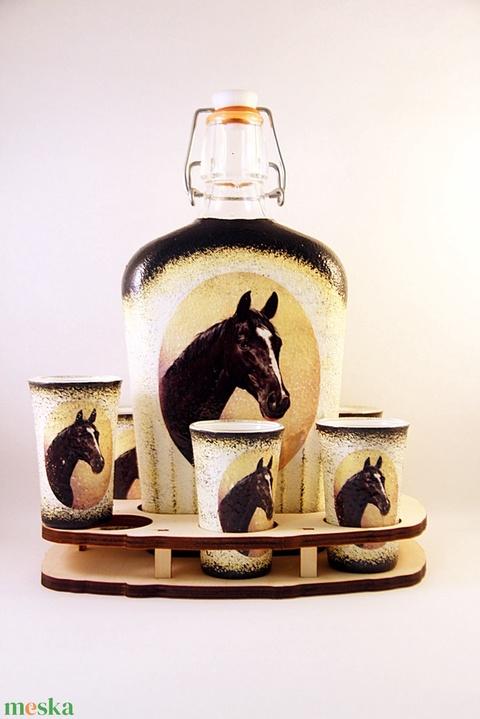 Ló motívummal díszített  pálinkás szett . ( 0,5 l üveg+6x50 ml pohár +tartó )  - otthon & lakás - dekoráció - díszüveg - Meska.hu