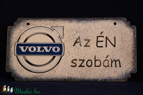 VOLVO emblémával díszített ajtódísz, Volvo rajongóknak ÉN SZOBÁM  - otthon & lakás - dekoráció - felirat - Meska.hu