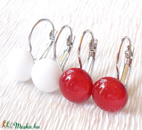 Hófehér és meggypiros színű kapcsos fülbevaló, ajándék nőknek névnapra, születésnapra.  (Dittiffany) - Meska.hu