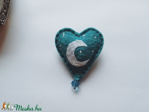 Gyapjúfilc szívecske bross / Hold kitűző / Szív alakú filc kitűző / Hold ékszer / Szívecske ékszer / Valentin napi ajánd (dreamsbystitches) - Meska.hu