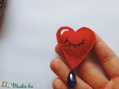 Gyapjúfilc szívecske bross / Szem kitűző / Szív alakú filc kitűző / Szem ékszer / Szívecske ékszer / Valentin napi ajánd (dreamsbystitches) - Meska.hu