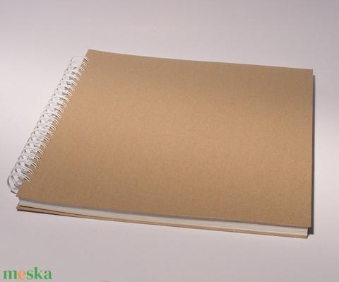 Négyzetes, nagyméretű, kemény borítós, díszíthető fotóalbum. Spirálozott, natúr csomagolópapír borítás,  - Meska.hu