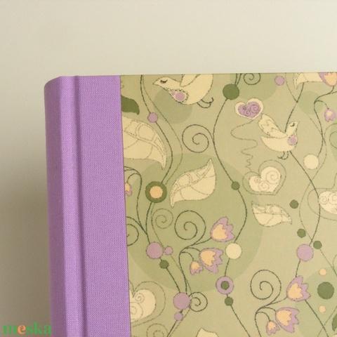 Madaras félvásznas B5 napló, vendégkönyv üres, sima lapokkal. Halványlila vászon gerinc, borító madaras mintával - Meska.hu