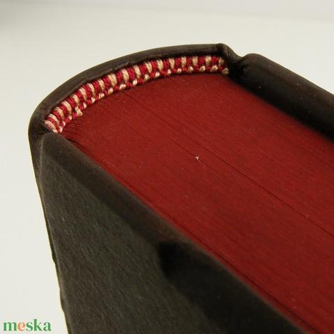 Régies bőr napló, kisméretű könyv hagyományos kötéssel. Két bőrszíjjal és kapoccsal záródik, gerincén három dupla borda (enciboltja) - Meska.hu