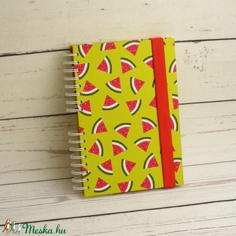 Dinnyés füzet, spirálfüzet kemény borítóval, spirálozott jegyzetfüzet, gyümölcsmintás notesz piros gumival, nyári színek - Meska.hu