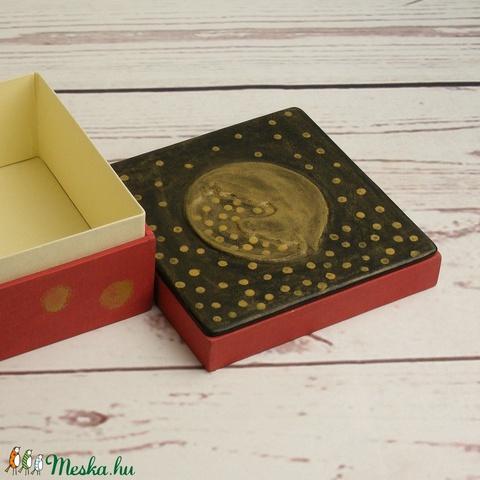 Doboz, díszdoboz, tároló, ajándékos doboz, díszcsomagolás; bőr és vászon kombinációja, ajándékos doboz lovas motívummal (enciboltja) - Meska.hu
