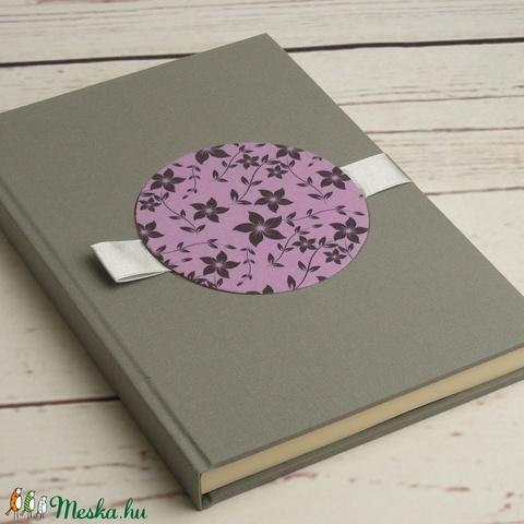Esküvői vendégkönyv, emlékkönyv esküvőre. Szürke és halványlila vászon borító, gyöngyházszürke szaténszalaggal - Meska.hu