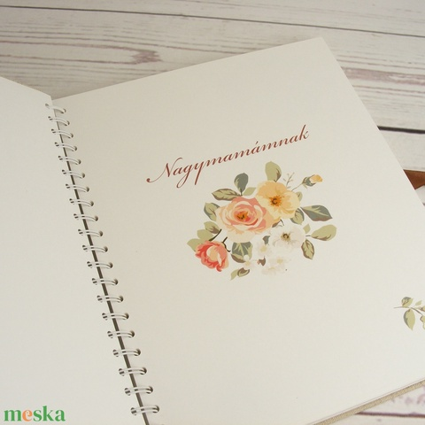 Egyedi felirattal is kérhető fotóalbum virágos borítóval, nagymamádnak, anyukádnak. Pókpapírral készül, szaténszalaggal - Meska.hu