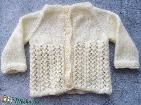 Kötött pulóver sapkával és zoknival kislányoknak - ruha & divat - babaruha & gyerekruha - pulóver - Meska.hu