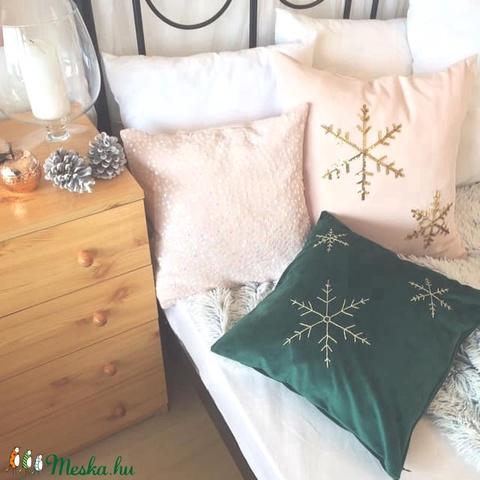 Hópehely mintás karácsonyi sötétzöld bársony díszpárna arany hópehely hímzéssel, kézzel hímzett huzat+belső párna  - Meska.hu