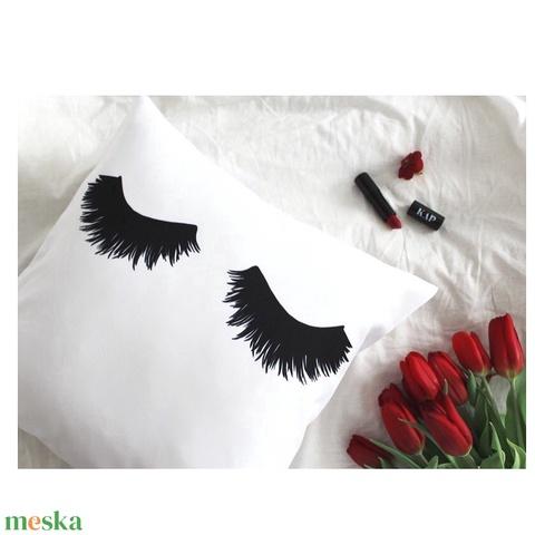 Szempillás díszpárna, lányos ajándék, szoba dekor, hálószoba, pillás lányos gyerekszoba dekor (huzat+belső párna) (EVYHomeDecor) - Meska.hu
