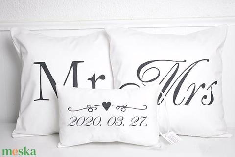 Egyedi esküvő párna szett dátummal és nevekkel vagy Mr. és Mrs. páros ajándék, esküvői ajándék huzat + belső párnák - esküvő - emlék & ajándék - nászajándék - Meska.hu