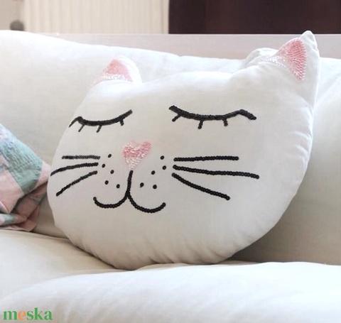 Cica formájú párna, Cicás gyerekszoba dekor, macska párna, macskás gyerek párna, Babapárna, Cicás párna, kb.40x50cm (EVYHomeDecor) - Meska.hu