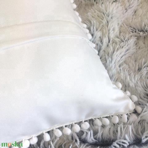 Karácsonyi fehér díszpárna, Törtfehér pom-pomos díszpárna, natúr fehér bohém dekorpárna huzat+belső párna (EVYHomeDecor) - Meska.hu