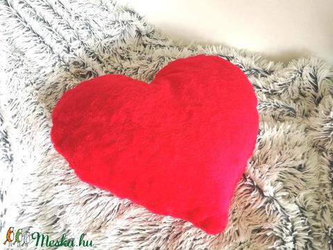 Piros plüss szív díszpárna, Valentin napi ajándék, Anyák napjára, Valentin napra, Szerelmeseknek ajándékba (kb 40x40 cm) - Meska.hu