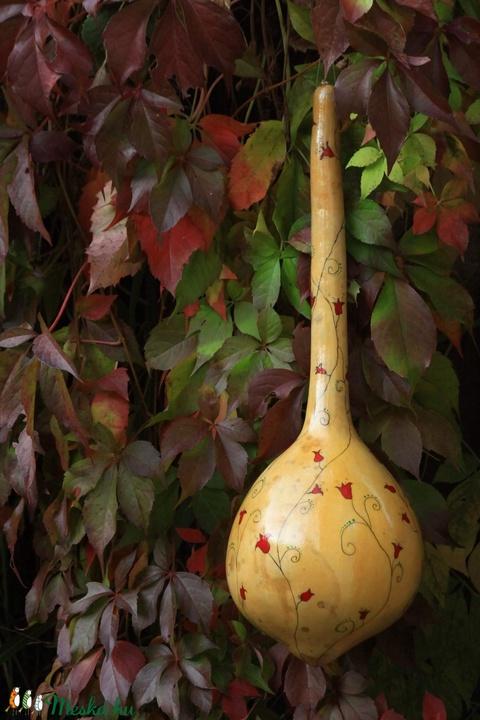 Lopótökből készült madáretető , kézzel faragott , tulipános mintával  - Meska.hu
