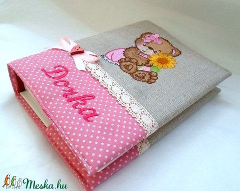 Maci virággal -   macis textil fotóalbum - hímzett fényképalbum  névvel  - Meska.hu