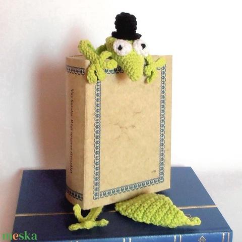 Könyvből szabaduló gekkó, vicces könyvjelző, tökéletes ajándék! - otthon & lakás - papír írószer - könyvjelző - Meska.hu