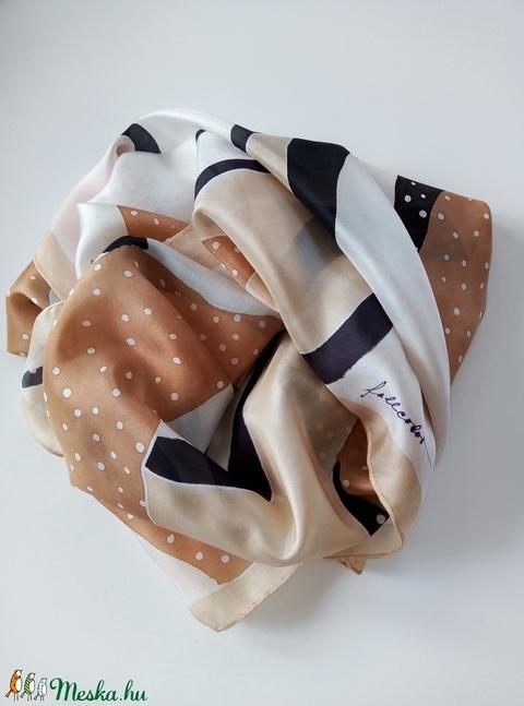 Bézs-barna -fekete-fehér absztrakt mintás nagy méretű hernyóselyem sál (FullcolorMuhely) - Meska.hu