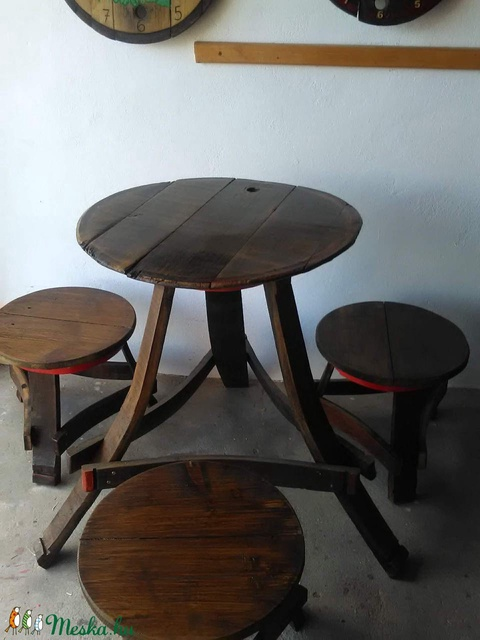 Pincébe, présházba – háromlábú asztal 3 székkel (Goncolszeker) - Meska.hu