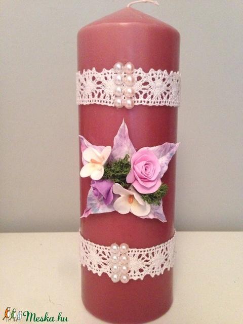 Mályva színű dekor - gyertya pink agyagvirágokkal (mindkét oldalán) és csipkével díszítve - Meska.hu