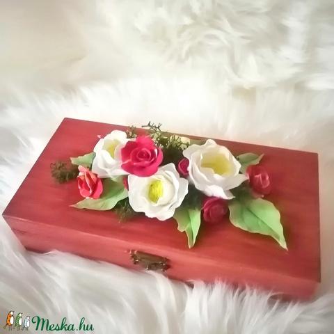 Fa ékszerdoboz,rózsa agyagvirágokkal díszítve ! - Meska.hu