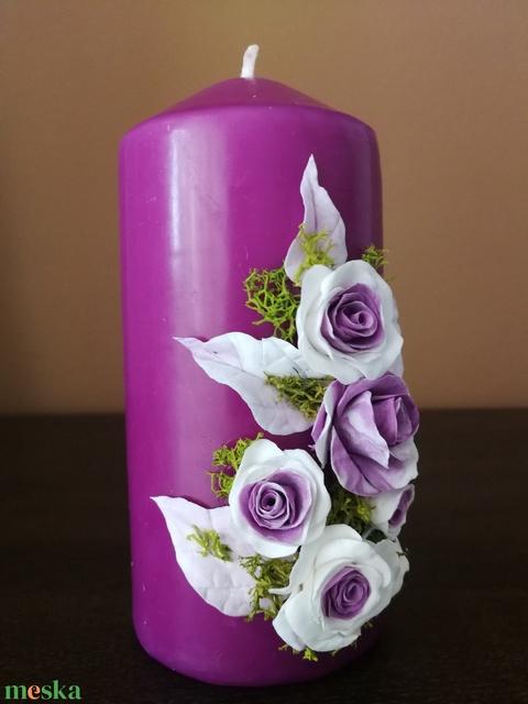 Rózsaszín dekor - gyertya , fehéres  agyagvirágokkal díszítve - Meska.hu