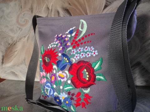 Kalocsai  mintás, kézzel hímzett táska . (gyeneskatika) - Meska.hu