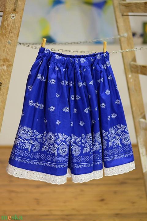 PÖRGŐS, állítható derekú, 2 szélhosszas, 20-60 cm hosszú,bordűrös világos kékfestő mintájú néptáncos szoknya (gyetomi) - Meska.hu