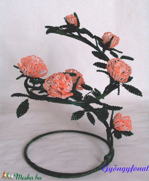 Rózsás asztal dísz gyöngyből (gyongyfonat) - Meska.hu