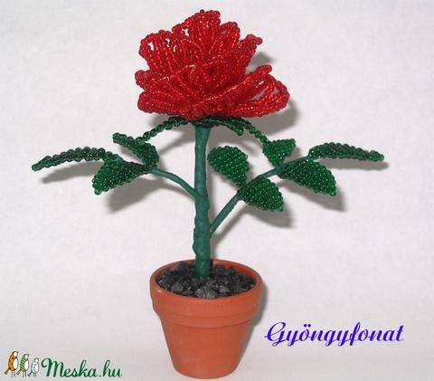 Piros rózsa gyöngyből, cserepes dísz (gyongyfonat) - Meska.hu